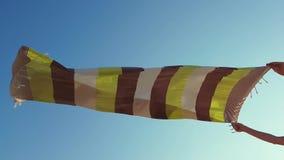 Tessuto del perizoma che ondeggia nell'aria per lasciarla asciutta nel vento video d archivio