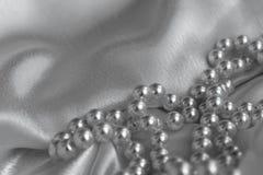 Tessuto del raso di Wave con la collana fotografia stock