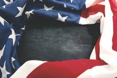 Tessuto della bandiera americana sulla lavagna Fotografia Stock