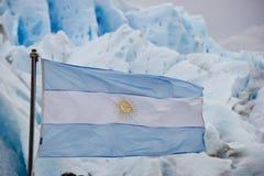 Tessuto della bandiera dell'Argentina davanti al ghiacciaio fotografia stock libera da diritti