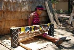tessuto della donna dello zulu (Sudafrica) Fotografia Stock Libera da Diritti