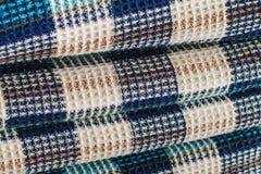 Tessuto della lana per un plaid con un modello che consiste delle cellule colorate fotografie stock libere da diritti