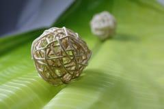 Tessuto della palla con le foglie della banana immagini stock libere da diritti
