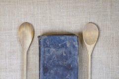 Tessuto della tela da imballaggio con il libro di cucina. fotografia stock