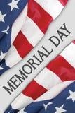Tessuto delle bandiere americane con il testo di Giorno dei Caduti Fotografie Stock