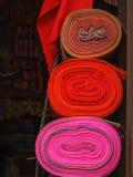 Tessuto di tessuto indigeno colourful tradizionale peruviano dell'artigianato al mercato in Machu Picchu, uno di nuova meraviglia fotografia stock libera da diritti