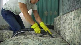 Tessuto di pulizia del sofà con un pulitore a vapore stock footage