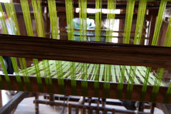 Tessuto di seta verde di tessitura sul telaio Immagine Stock Libera da Diritti