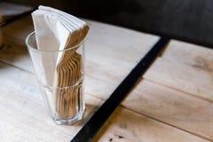 Tessuto e vetro sulla tavola Immagine Stock