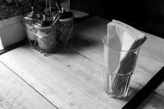 Tessuto e vetro sulla tavola Immagini Stock Libere da Diritti