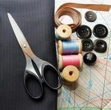 Tessuto, forbici, bottoni e bobine di adatto Fotografia Stock Libera da Diritti