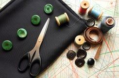 Tessuto, forbici, bottoni e modello di adatto Fotografia Stock
