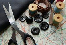 Tessuto, forbici, bottoni e modello di adatto Fotografie Stock Libere da Diritti