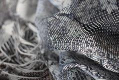 Tessuto grigio del tessuto su bianco morbido del fondo di legno fotografie stock