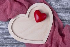 Tessuto grigio della plancia del cuore di legno di struttura del fondo di giorno di biglietti di S. Valentino Immagini Stock
