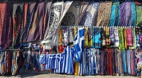 Tessuto multicolore della sciarpa e del pareo e bandiere da vendere sul mercato delle pulci di Monastiraki a Atene, Grecia fotografie stock