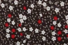 Tessuto nero del fondo con i fiori rossi e bianchi Fotografia Stock