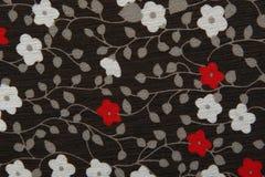 Tessuto nero del fondo con i fiori rossi e bianchi Immagine Stock