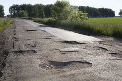 Tessuto rotto delle strade rurali nella regione di Omsk Immagini Stock Libere da Diritti