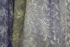 Tessuto trasparente di Tulle È usato per le finestre Fondo Bianco, giallo Fotografia Stock Libera da Diritti