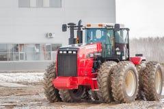 Test-aandrijving van tractor op speciale vuilwaaier Stock Afbeelding