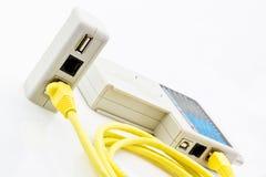 Test d'un long câble jaune de réseau image libre de droits