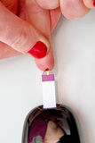 Test de fille son sucre de sang Photo stock
