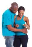 Test di gravidanza africano delle coppie immagini stock