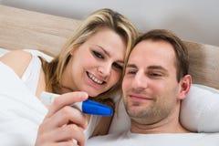 Test di gravidanza di sorveglianza delle coppie Immagine Stock Libera da Diritti