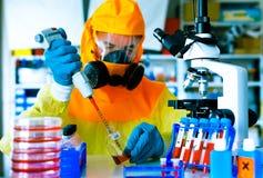 Test een vaccin tegen Ebola-besmetting, een wetenschapper in protectiv royalty-vrije stock foto
