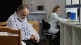 Test medicale aspettante paziente ansioso in clinica video d archivio