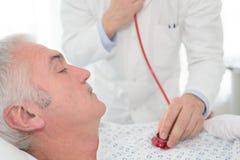 Test met bloeddrukmeter stock foto