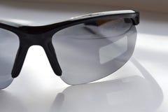 Test sporta okulary przeciws?oneczni z photochromic skutkiem na ?wietle s?onecznym miejsce jest lekki dok?d majcher by? zdjęcia royalty free