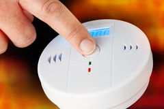Test van een rook en een brandalarm met koolmonoxidesensor capab Stock Afbeeldingen