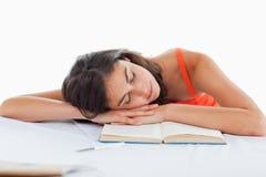 Testa addormentata dell'allievo sui suoi libri Fotografie Stock