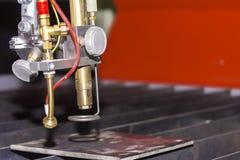 Testa alta vicina del plasma della tagliatrice del plasma del gas di CNC di alta precisione con lo spazio della copia fotografia stock