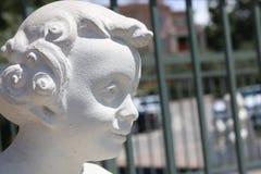 Testa bianca della statua del bambino felice - contrappeso Fotografia Stock
