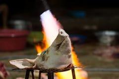 Testa bruciante della carne di maiale prima della pulizia in una zona rurale Immagini Stock Libere da Diritti
