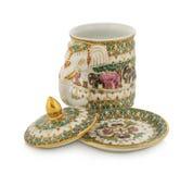 Testa ceramica fatta a mano dell'elefante della tazza decorata con un backgrou bianco Immagini Stock Libere da Diritti