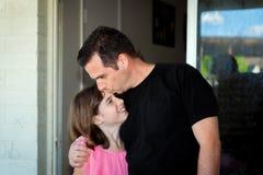 Testa de Kisses Daughter On do pai Foto de Stock Royalty Free