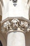 Testa decorativa della colonna, panno Hall Sukiennice Krakow, Polonia Immagine Stock