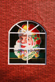 Testa del Babbo Natale sulla finestra fotografia stock libera da diritti