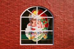 Testa del Babbo Natale sulla finestra immagine stock libera da diritti