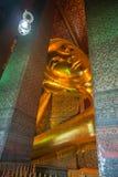 Testa del Buddha adagiantesi in tempiale di Bangkok fotografie stock libere da diritti