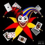 Testa del burlone con le carte da gioco isolate sul nero Immagine Stock