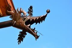 Testa del drago fatta del metallo del piatto come doccione del becco della grondaia su costruzione residental Fotografie Stock Libere da Diritti