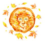 Testa del leone di autunno con la criniera isolata su fondo bianco circondato dalle foglie gialle Logo disegnato a mano del front Immagini Stock Libere da Diritti