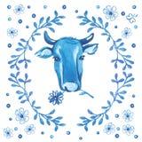 Testa del ` s della mucca circondata dall'ornamento floreale su fondo bianco Fotografia Stock