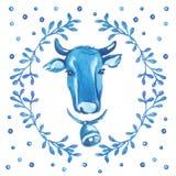 Testa del ` s della mucca circondata dall'ornamento floreale su fondo bianco Fotografie Stock Libere da Diritti