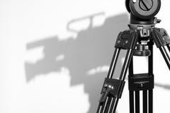 Testa del treppiedi ed ombra della macchina fotografica nello studio della televisione Fotografie Stock